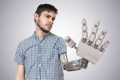 Den unga mannen har den robotic handen som ett utbyte för hans hand 3D framförde illustrationen av handen Royaltyfri Bild
