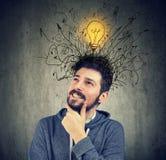 Den unga mannen har en ljus idé Arkivfoton
