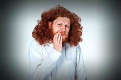 Den unga mannen har tandvärk royaltyfria foton