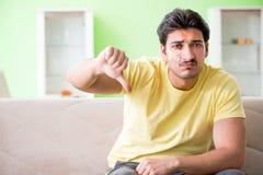 Den unga mannen hemma efter skada royaltyfri bild