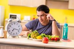 Den unga mannen i att banta och sunt ätabegrepp royaltyfria bilder