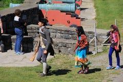 Den unga mannen i soldatens likformig som leder turnerar till och med fortet Ticonderoga, New York, 2014 Royaltyfria Foton