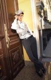 Den unga mannen i trendig kläder strosar på stadsgatan, newspap Royaltyfria Bilder