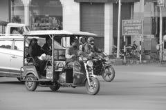 Den unga mannen kör tuktukbilen i Indien royaltyfri foto