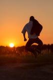 Den unga mannen klipper en hoppa omkring 2 Arkivbild