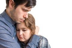 Den unga mannen kramar hans ledsna flickvän Trösta och medkänslabegrepp royaltyfri foto