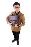 Den unga mannen med den bruna portföljen som isoleras på Arkivfoton