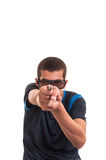 Den unga mannen med exponeringsglas 3d pekar ett vapen på kameran för gyckel Arkivbilder