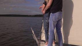 Den unga mannen med flickan går vid havet på den stora vita yachten i sommaren för sommarterritorium för katya krasnodar semester arkivfilmer
