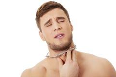 Den unga mannen med halsen smärtar Royaltyfria Foton