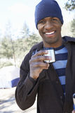 Den unga mannen med kaffe rånar anseende på campingplatsen Arkivbilder