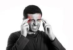 Den unga mannen med skägglidandehuvudvärk och migrän smärtar in uttryck Royaltyfri Bild