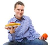 Den unga mannen med sunda frukter bantar isolerat Royaltyfri Foto