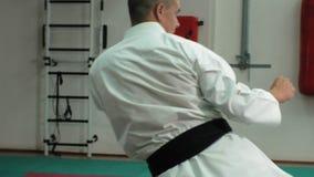 Den unga mannen med den tränga sig in kroppen, utbildande kampsporter Goju-Ryu Karate-gör lager videofilmer
