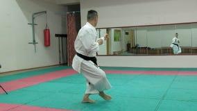 Den unga mannen med den tränga sig in kroppen, utbildande kampsporter Goju-Ryu Karate-gör toppen ultrarapid stock video