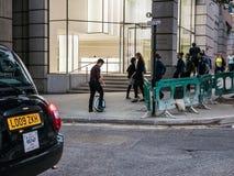 Den unga mannen monterar uniwheelcirkuleringen under den London pendlingssträckan Arkivbild