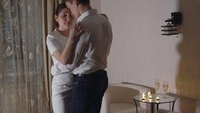 Den unga mannen och en härlig kvinna dansar en långsam dans stock video