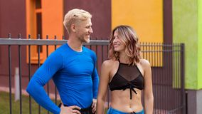 Den unga mannen och flickan, når de har joggat ha, vilar royaltyfri fotografi