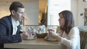 Den unga mannen och kvinnan har matställen Ett affärsmöte lager videofilmer