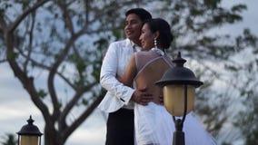 Den unga mannen och kvinnan poserar för att gifta sig den prenuptial ståenden arkivfilmer