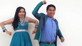 Den unga mannen och kvinnan poserar knäpp för att gifta sig den prenuptial ståenden lager videofilmer