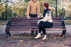 Den unga mannen och kvinnan som in talar, parkerar Arkivbild
