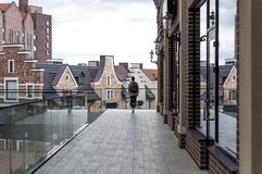Den unga mannen promenerar köpcentret Royaltyfria Foton