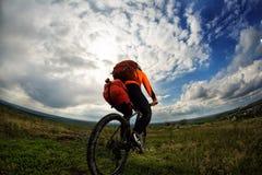 Den unga mannen rider cykeln utanför Sund livsstil royaltyfri bild