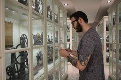 Den unga mannen shoppar in royaltyfri bild