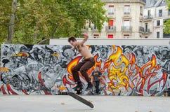Den unga mannen skateboarding på Place de la Republique i Paris Royaltyfria Bilder