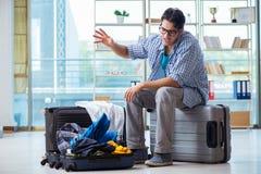 Den unga mannen som förbereder sig för semesterlopp Arkivbild