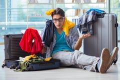 Den unga mannen som förbereder sig för semesterlopp Arkivfoton
