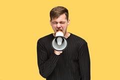 Den unga mannen som rymmer en megafon Arkivbild