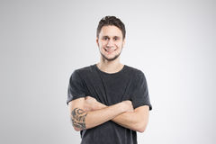 Den unga mannen som var lycklig i svart skjorta, isolerade studion Arkivbild