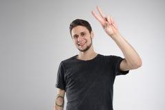 Den unga mannen som var lycklig i svart skjorta, isolerade studion Royaltyfri Fotografi