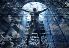 Den unga mannen står i mörker - blå tunnel Fotografering för Bildbyråer