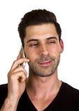 Den unga mannen talar på telefonen Arkivbilder