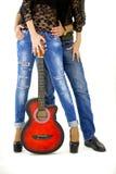 Den unga mannen undervisar hans flickvän att spela gitarren Fotografering för Bildbyråer