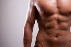 Den unga mannen utbildade topless med abs Royaltyfri Fotografi
