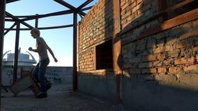 Den unga mannen utbildar hans kondition på en konstruktionsplats arkivfilmer