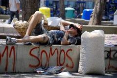 Den unga mannen vilar parkerar in Fotografering för Bildbyråer