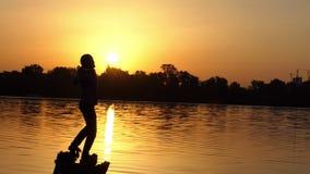 Den unga mannen visar en tumme övre gest på en sjö i slo-mo stock video