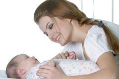 Den unga modern med behandla som ett barn Royaltyfria Bilder