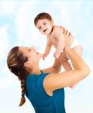 Den unga modern med behandla som ett barn pojken Arkivbild