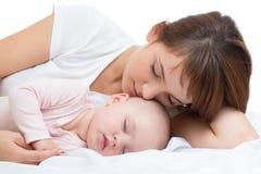 Den unga modern och hon behandla som ett barn att sova tillsammans Royaltyfria Foton