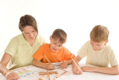 Den unga modern tecknar med hans sons Royaltyfri Foto