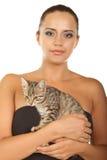 Den nätt kvinnan rymmer henne den älskvärda katten isolerad på en vit Arkivbild