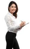 Den unga nätta affärskvinnan skriver på skrivplattadokumenttitel arkivbild