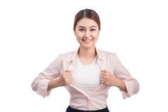 Den unga nätta asiatiska kvinnan som öppnar hennes skjorta, gillar en superheroisolator Arkivbilder