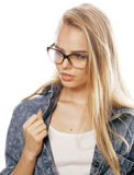Den unga nätta flickatonåringen i exponeringsglas på vit isolerade den moderna hipsteren för blont hår Royaltyfri Bild